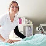 Huidtherapeut Lisa van Luijk met een steunkous om haar arm